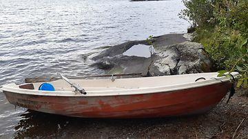 Poliisi pyytää havaintoja tästä soutuveneestä ja sen omistajasta Savonlinnassa.