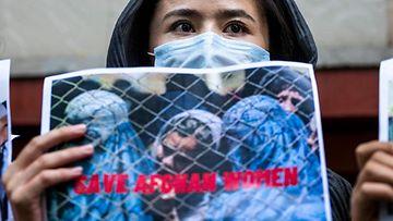 LK 7.9.2021 Intiassa maanpaossa oleva afganistanilaisnainen osallistui Talebanin vastaiseen mielenosoitukseen New Delhissä 23.8.2021.
