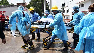 LK 7.9.2021 Hoitohenkilökunta evakuoi potilaita meksikolaisesta sairaalasta tulvan katkaistua sähköt.