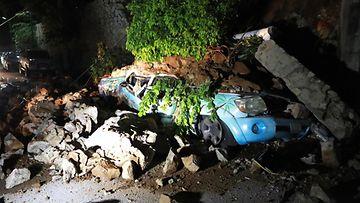 Auto on jäänyt sortuneen talon alle Meksikon Acapulcossa maanjäristyksen takia.
