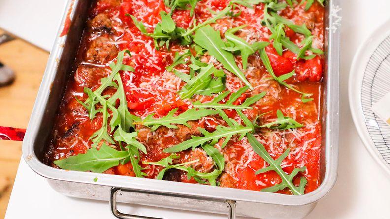 Kaappaus_keittiossa_S7_EPS2_Turku_Lihapullat_tomaattikastikkeessa