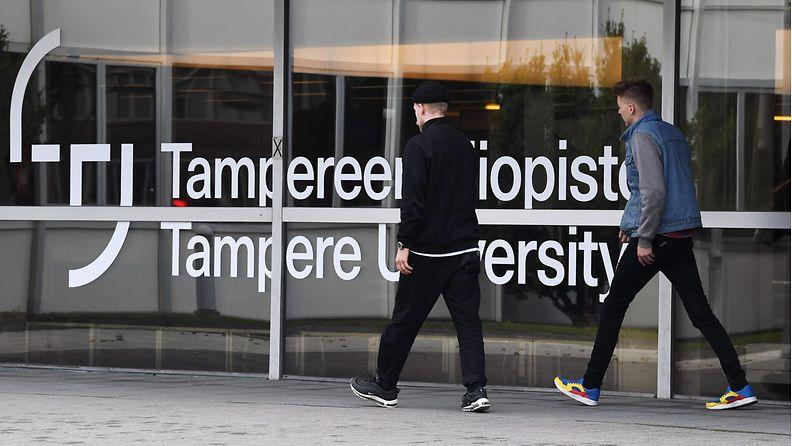 Opiskelijoita Tampereen yliopistolla.