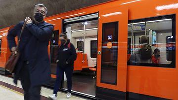 Matkustajia Kampin metroasemalla Helsingissä.