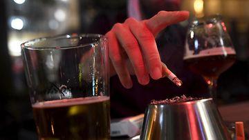 LK 14.9.2021 Mies polttaa tupakkaa baarin terassilla Helsingissä 30. syyskuuta 2020.