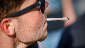 LK 15.9.2021 Mies polttaa mariahuanasavuketta kannabiksen käytön laillistamista vaativassa mielenosoituksessa Pariisissa Rankassa.
