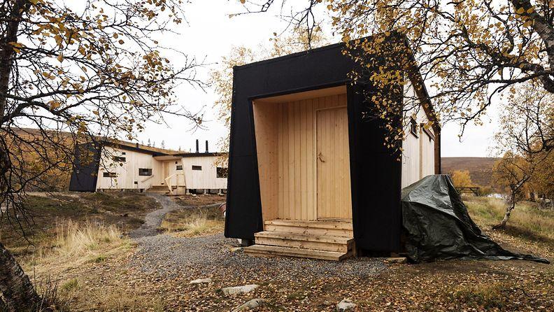 Rautulammen uusi autio- ja varaustupa (taustalla) sekä sen käymälä-puuliiteri Urho Kekkosen kansallispuistossa.