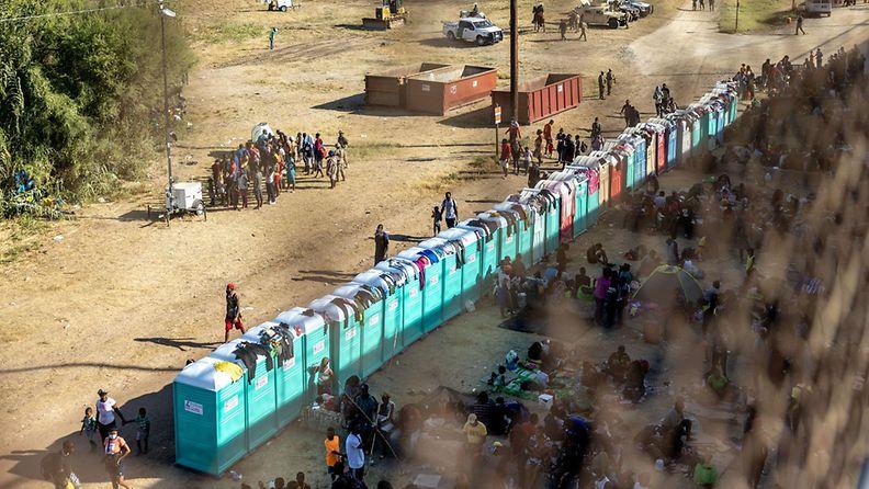 Siirtolaisia ja tilauspäisvessoja Del Riossa.