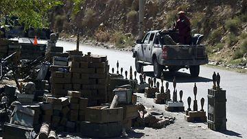 Taleban-taistelijoita auton kyydissä.