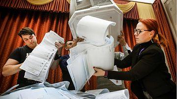 Äänilaatikoita tyhjennetään Venäjällä.