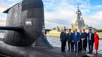 Ranskan ja Australian johtajia sukellusveneen kannella.