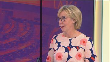 Anna-Maja Henriksson puhuu Viiden Jälkeen -ohjelman haastattelussa.