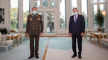 Presidentti Sauli Niinistö ja Venäjän asevoimien komentaja Valeri Gerasimov seisovat yhteiskuvassa turvavälein.