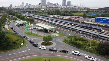 Britanniassa bensa-asemille on muodostunut pitkiä jonoja polttoainepulan vuoksi.