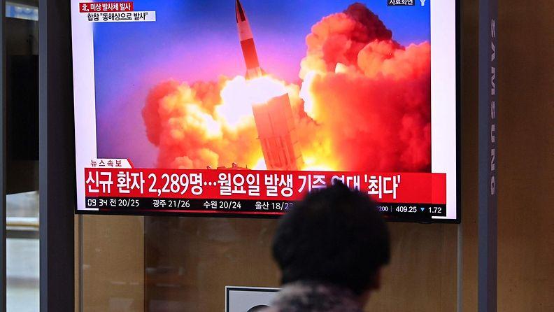 Ihmiset katselivat Etelä-Koreassa televisiouutisia, jossa kerrottiin Pohjois-Korean laukaisseen jälleen ohjuksen. Kuvituksena käytettiin arkistokuvaa.