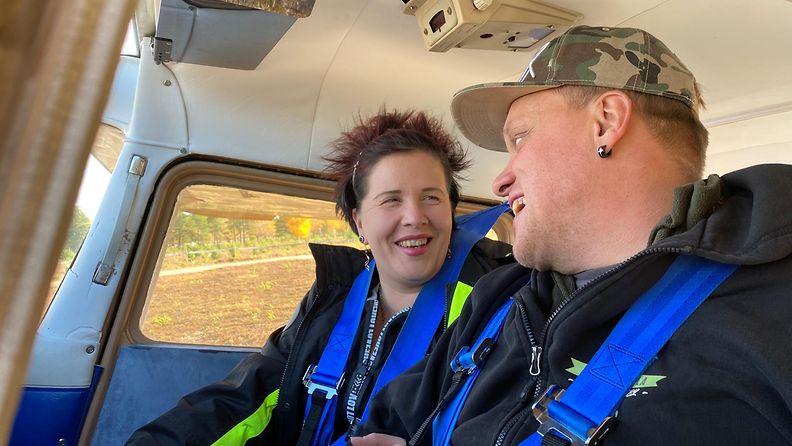 Susanna Hypen ja Timo Ranta lähtivät maanantaina katsomaan, miltä näyttää peltoon kaiverrettu kosinnan vastaus: She said yes!