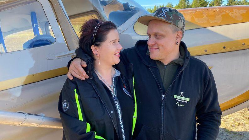 Susanna Hypen ja Timo Ranta koneen vieressä.