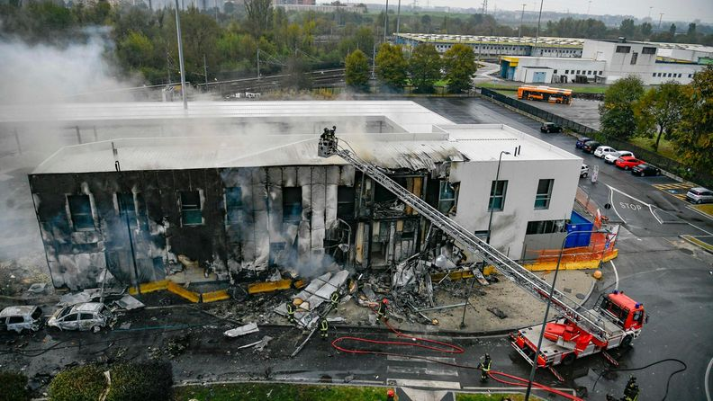 Pienlentokone törmäsi rakennukseen Italian Milanossa.