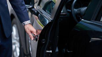shutterstock autokauppa liikemies leasing