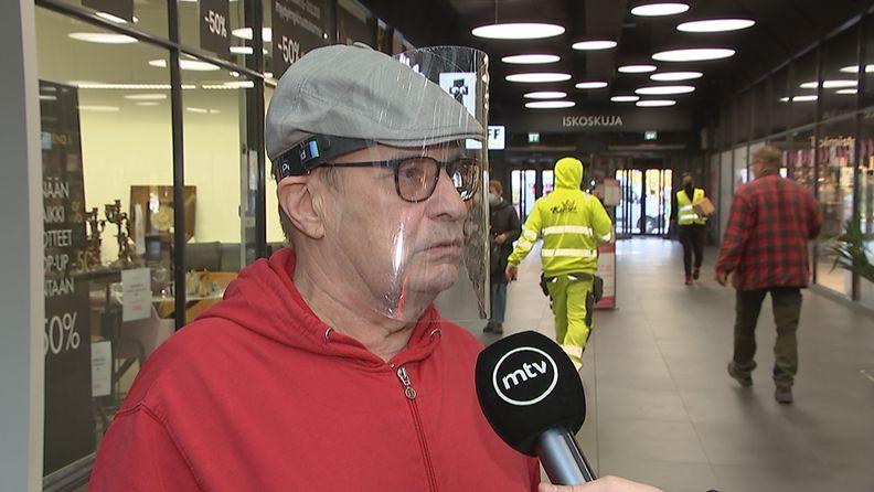 Vantaalainen Osmo Moilanen kertoi MTV Uutisille mielipiteensä koronatoimista kauppakeskus Myyrmannissa.