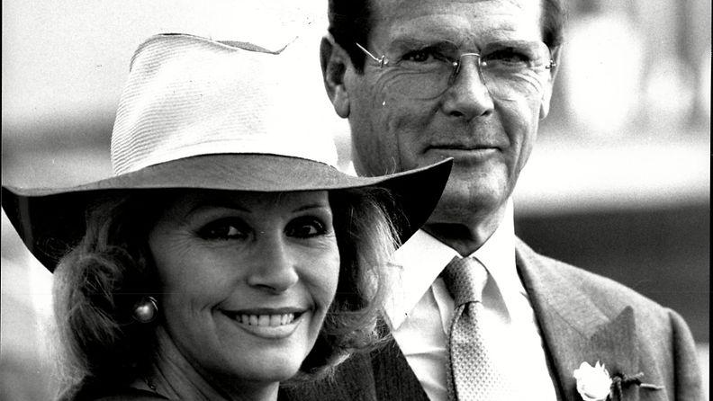 Roger Moore kolmannen vaimonsa Luisa Mattiolin kanssa