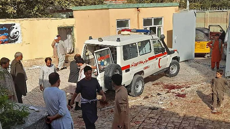 Ihmisiä seisoi ambulanssin lähistöllä pommi-iskun jälkeen Afganistanin Kunduzissa.