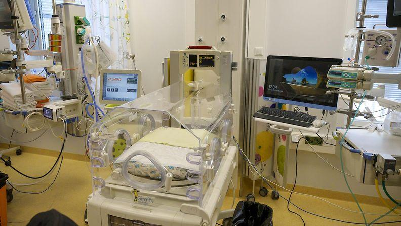 LK 12.10.2021 Vauvojen teho-osasto. Kainuun keskussairaalan perhe- ja synnytysosastoa sekä vastasyntyneiden teho-osastoa esiteltiin medialle 16. syyskuuta 2021.