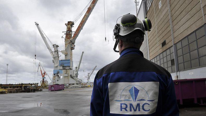 Työntekijä Rauma Marine Constructionsin telakka-alueella Raumalla.