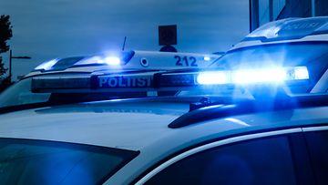 Poliisiautoja.