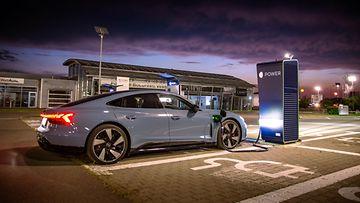 shutterstock audi e-tron gt sähköauto lataaminen lataus