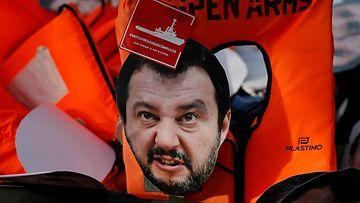 LK 23.10.2021 Kuvassa Italian entisen sisäministerin Matteo Salvinin kasvot pelastusliivissä.