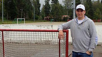 Sami Vatanen lapsuudenmaisemissa Halssilan kentällä.