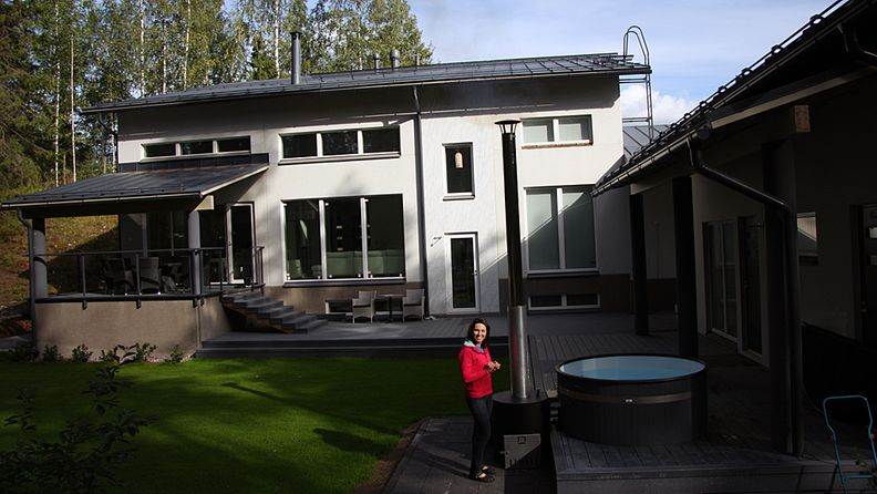 Aino-Kaisa Saarinen kotinsa pihamaalla.