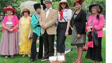 Hattukävelijät Vanhan Kirkon puistossa viime kesänä.