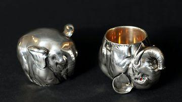 Faberge vodkakuppipari, kultaseppä Mihail Perhin Bukowskin lehdistönäytössä 29. huhtikuuta 2009.