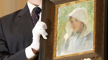 Schjerfbeckin teoksia myydään huutokaupassa hyvään hintaan. Tämä Tyttö hellehatussa -maalaus myytiin 290 000 eurolla. Sothebyn huutokaupassa Tanssiaiskengät -maalauksesta maksettiin peräti 3,9 euroa.