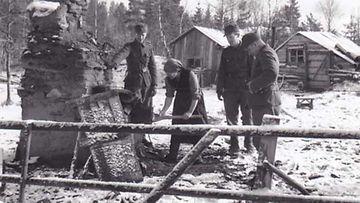Syyskuun 1941 tuhohyökkäyksen jälkeistä siviilien elämää sodan keskellä Kuoskunkylässä.
