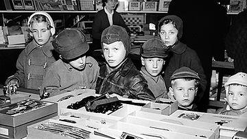 Lapset ihastelevat lelukaupan valikoimaa joulun alla 1956. Kuvan ihmiset eivät liity tapaukseen.