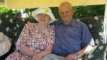 Matti ja Maija-Liisa Huttunen poseeraavat 55-vuotishääpäivän kunniaksi.