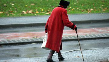 Kävelykeppi auttaa tasapainon säilyttämisessä.