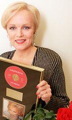 """Vuoden naissolistin Emma-palkinnon saanut Katri-Helena palkittiin myös kultalevyllä albumistaan """"Vie minut"""" vuonna 1996."""