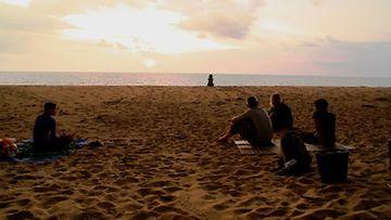 Vapaaehtoistyöntekijät vahtivat rannalla kilpikonnan pesiä.