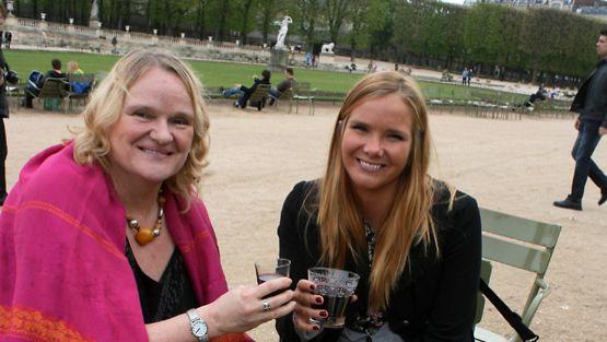 Hilkka on palannut taas rakkaan harrastuksensa matkailun pariin. Keväinen syntymäpäivämatka Anni-tyttären kanssa huipentui piknikille Luxenburgin puistossa. Siellä uskaltauduttiin jopa siemaisemaan tilkka viiniä. Muuten matkalla kului runsaasti Pariisin kalleinta juomaa - vettä.