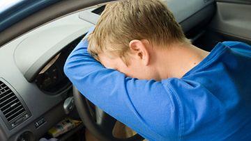 Liikenneonnettomuuden riski kasvaa, jos sairastaa uniapneaa.