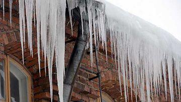 Asuintaloilta roikkuvat jääpuikot kielivät ongelmista itse asunnossa.