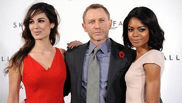 Daniel Craigin kainalossa uusimmat Bond-tytöt Berenice Marlohe ja Naomie Harris.