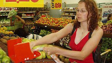 Päivi ostoksilla supermarketissa Brasiliassa.