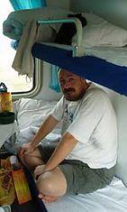 Santeri kiinalaisen junan kompaktissa sängyssä.