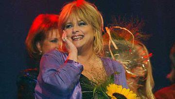 Vuoden 2002 Iskelmä-Finlandia -palkinnon voittaja iloitsee tunnustuksesta.