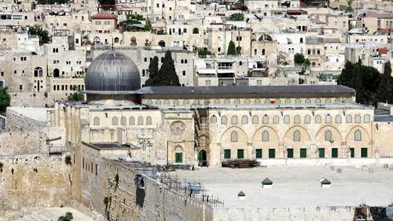 Vanhoja rakennuksia ja itkumuuria Jerusalemissa.