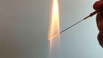 Metallinen neula on hieman akupunktioneulaa paksumpi.